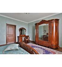 двери из массива дуба в спальне
