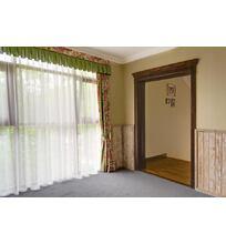 двери из массива дуба в гостиной